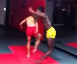 【衝撃】ローキックを教える男性が黒人男性にローキックを蹴ると…