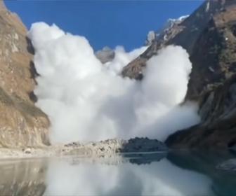 【衝撃】世界最大の雪崩、エベレストで起きた大規模な雪崩映像が凄い!