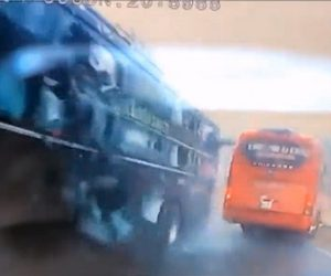 【事故】山道を走るバスが対向車のバスに接触し、崖に落ちかける衝撃映像