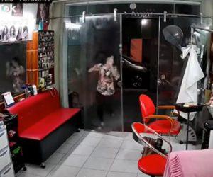 【動画】女性がガラスドアに気づかず激突、ガラスドアが倒れてしまう衝撃映像