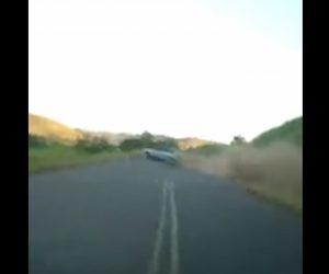 【事故】飲酒運転の車がコントロールを失い猛スピードで崖から転落してしまう衝撃映像