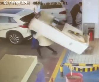 【衝撃】給油ノズルを抜かずに車が発進、ガソリン計量機が倒れ女性が下敷きになってしまう