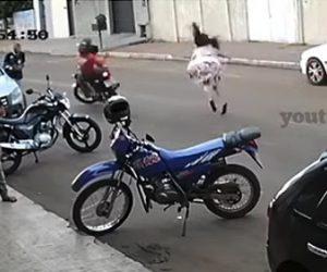 【事故】道を渡る女性が猛スピードのバイクにはね飛ばされてしまう衝撃映像