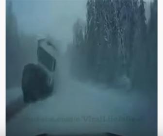 【事故】雪で視界が悪い道を猛スピードで追い越していく車が…
