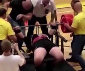 【衝撃】ベンチプレスの大会で気合を入れた男性がバーを上げようとするが…