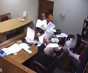 【衝撃】裁判所で被告が大暴れ!裁判官に電話投げつける