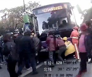 【事故】横断歩道を渡るおじいさんがバスにひかれ、大勢でバスを持ち上げておじいさんを助ける