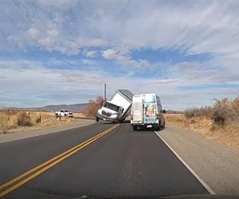 【事故】カーブを曲がり切れず横転するトラックを対向車が必死に避ける