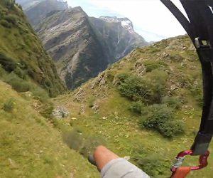 【衝撃】アルプスを超低空飛行で飛ぶパラグライダー映像が凄い