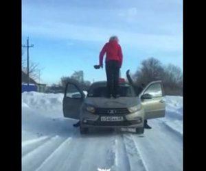 【ロードレイジ】女が対向車のタクシーの上に乗りフロントガラスを踏みつける衝撃映像