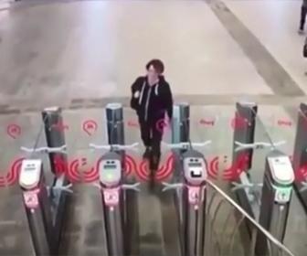 【衝撃】男が自動改札のガラスを蹴り割って通る衝撃映像
