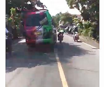 【衝撃】警察のバイクが前を走るバンを止めようとするが…