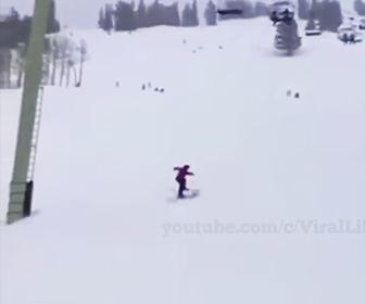 【衝撃】スキー場でスキーヤーが大ジャンプをして技を決めるが…