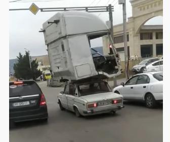 【動画】小さな車でトラックのキャブを運ぶ衝撃映像