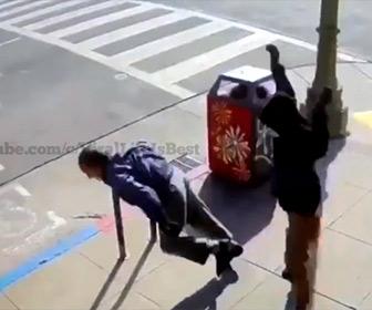【暴行】歩道を歩くおじいさんが突然後ろから男にに突き飛ばされる衝撃映像