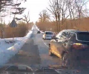 【事故】猛スピードの車が前の2台の車を追い越そうとするが…