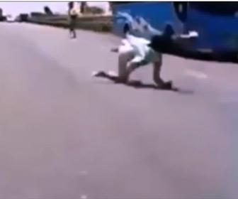 【事故】バスから降りた少女が道に飛び出し猛スピードの車に…