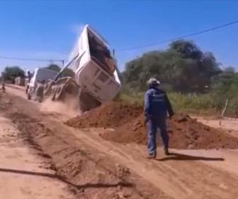 【衝撃】大型トラックが荷台を上げて土を降ろそうとするが…