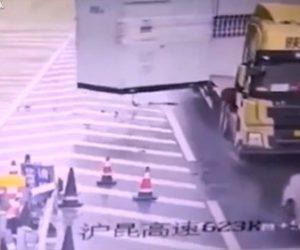 【事故】車が高速道路の分岐で止まってしまい、車道に戻ろうとするが後続のトラックが…