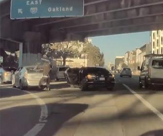 【強盗】前を走る車のリアガラスを割り強盗が重いバッグを奪う衝撃映像