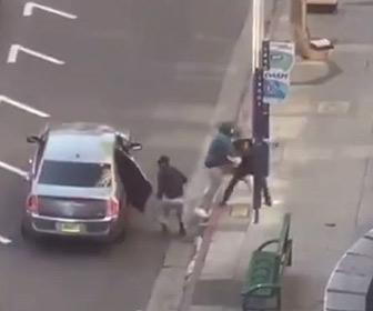 【強盗】車から降りてきた強盗2人が歩道を歩く男性に襲いかかる衝撃映像