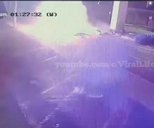 【事故】猛スピードの車が橋脚に激突し炎上する衝撃事故映像