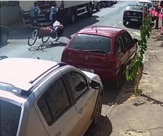 【衝撃】作業員が開けたトラックのリアドアに自転車が突っ込んでしまう
