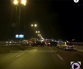 【事故】高速道路で事故が起き後続車が次々と突っ込んでしまう事故映像