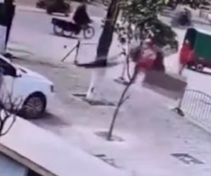 【衝撃】少年がマンホールに火がついた爆竹を落とし爆発。少年が吹き飛ばされる衝撃映像