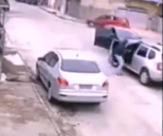 【強盗】カージャック犯が運転手に銃を突きつけ車を奪うが…