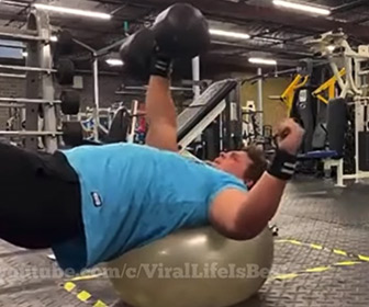【衝撃】男性がバランスボールの上でダンベルを持ち上げるが…