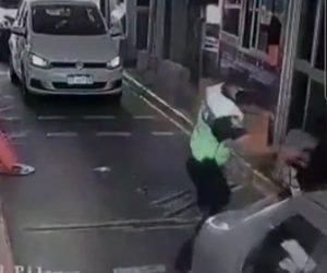 【衝撃】通行料を支払わずに通過しようとしたバイクを警察官が捕まえボッコボコにする衝撃映像
