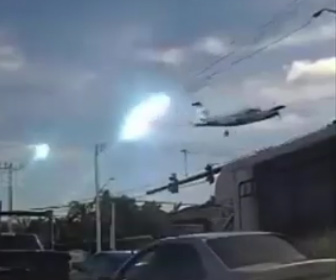 【墜落】飛行機学校の飛行機が電線に接触して墜落してしまう衝撃映像