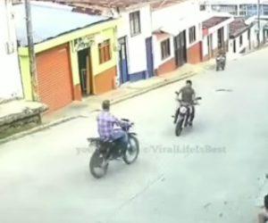 【事故】バイク2台が正面衝突してしまう事故映像