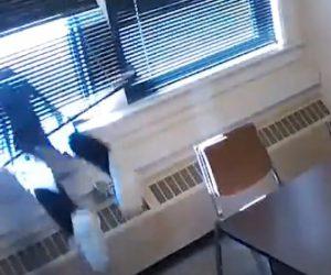 【衝撃】手錠をした男が警察官の隙を見て取調室の窓から飛び降りて逃げる衝撃映像