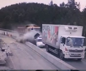 【事故】橋の工事で減速した車5台に後ろからブレーキが故障した大型トラックが突っ込んでくる衝撃事故映像