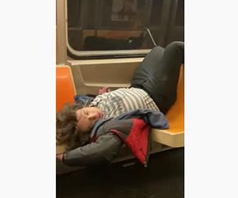 【衝撃】地下鉄内で暴れまくる、薬物中毒者の異常行動がヤバい