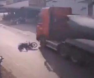 【衝撃】男性がバイクに乗ろうとするが転倒してしまい、大型トラックが…