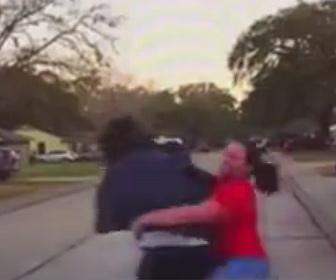 【衝撃】娘(15歳)の部屋を覗いていた男が逃げようとするが母親が男にタックルする衝撃映像