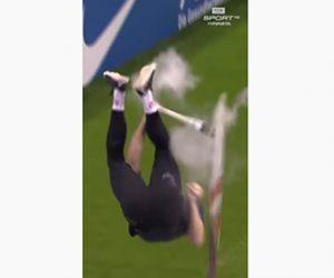【衝撃】棒高跳びで男性が飛びあがった瞬間、ポールが折れてしまう衝撃映像