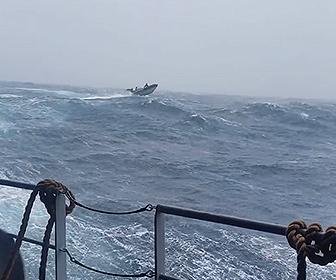【衝撃】風速40mの荒れた南極海で訓練演習をするイギリス海軍が凄い