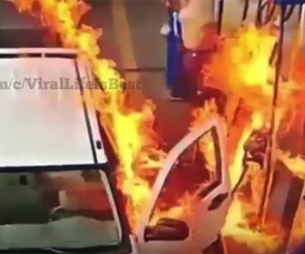 【衝撃】ガソリンスタンドで給油中、ガソリンに火がついてしまう衝撃映像