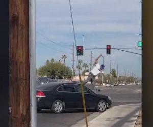 【ロードレイジ】車で突っ込まれた運転手が相手の車のフロントガラスを蹴り割り…
