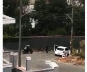 【衝撃】警察官が銃を構え逃げる2人乗りバイクを止めようとするが…