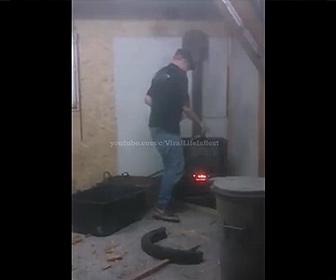 【衝撃】薪ストーブの中に男性が爆発物を入れ逃げる…