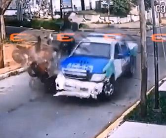 【事故】猛スピードで逃げる強盗2人がバイクで警察車両に突っ込み強盗が宙を舞う衝撃映像