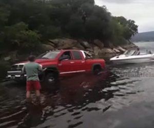 【衝撃】ピックアップトラックでボートを水辺に運ぶが…