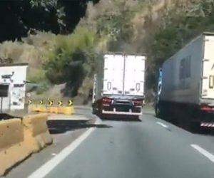【事故】無理に追い越しをするトラックがカーブを曲がり切れず横転してしまう