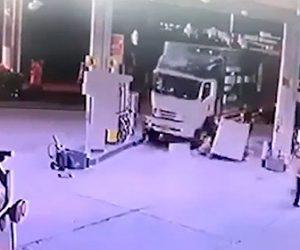 【事故】2台の大型トラックが接触し1台がガソリンスタンドに突っ込む衝撃映像