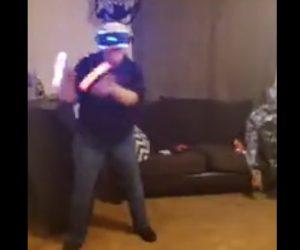 【動画】VRゲームで必死にゾンビと戦うおばあさんが転倒してしまう